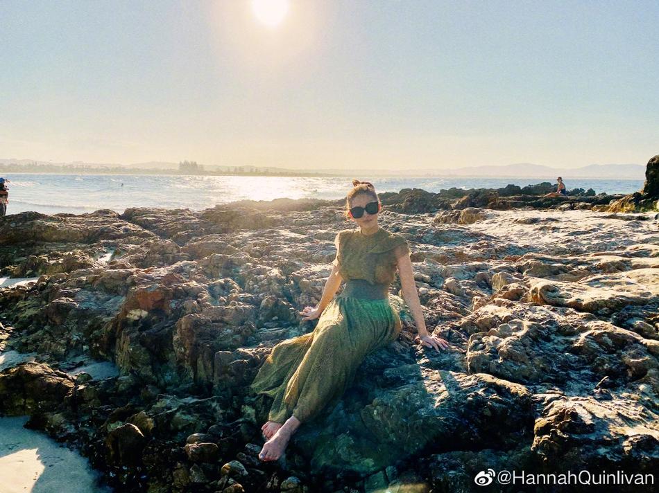 组图:昆凌穿长裙脚踩岩石感受自然水中游泳直呼开心得像小孩
